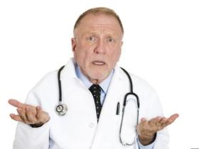 """为什么美国医生""""越老越不吃香""""?"""